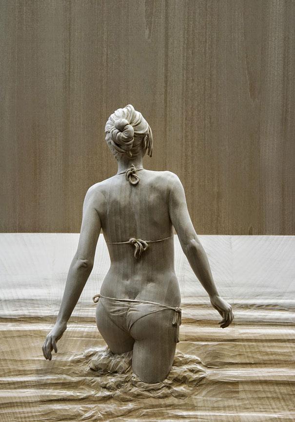 Esculturas humanas de madera hiperrealistas de Peter Demetz