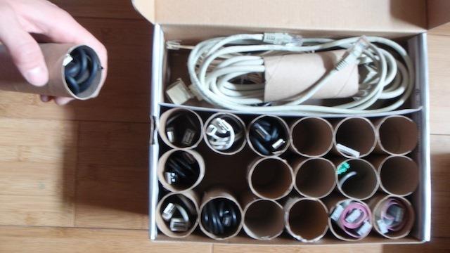 Reciclar los tubos de papel higiénico como ordena cables