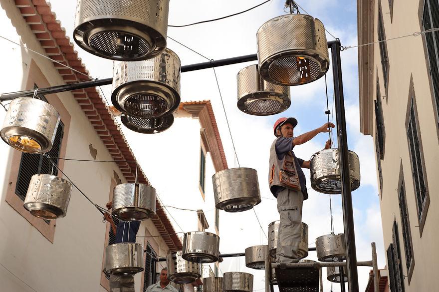 colgado de tambores de lavadoras para alumbrado en calle